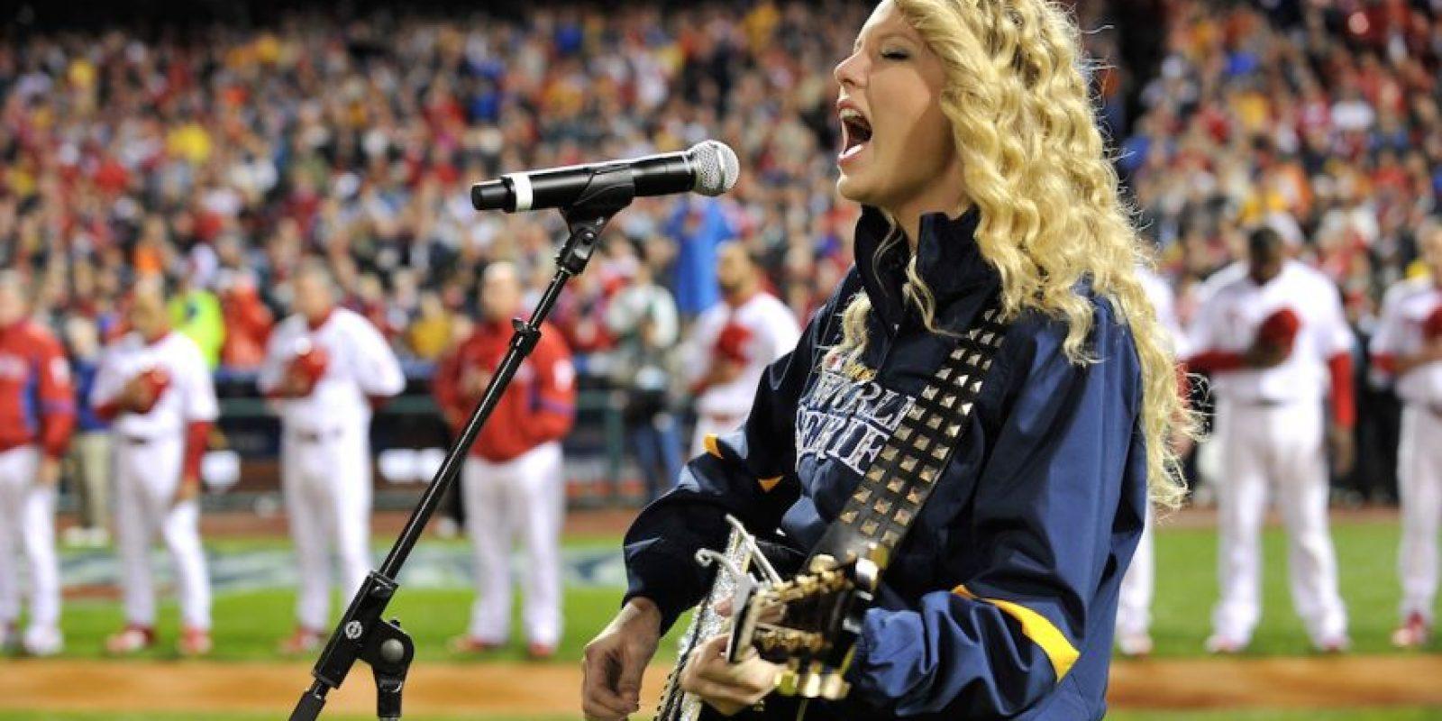 A la cantante le gusta mostrar sus piernas, ella sólo usaría pantalón en caso de sobrevivencia Foto:Getty Images