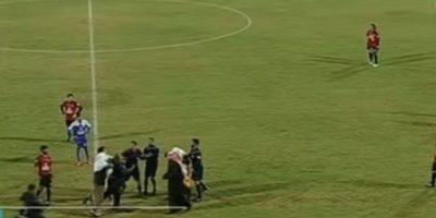 El jeque agredió al referí y se desató la locura en la cancha del Al Shabab Mubarak Alaiar Stadium. Foto:YouTube