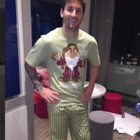 """Antes, ya habíamos visto al argentino en pijama, cuando presumió en su Instagram, un regalo de su amigo, Luis Suárez. """"Gracias a mi amigo Luis Suárez por el pijama de regalo. Lo que no entendí porque del gruñón"""", escribió Leo. Foto:Vía instagram.com/leomessi"""