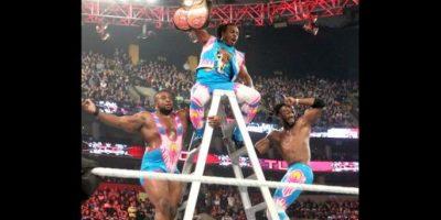 The New Day (Big E y Kofi Kingston) vencieron a The Usus y The Lucha Dragons (Kalisto y Sin Cara) Foto:WWE