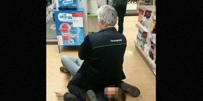 Este hombre detuvo a ladrón sentándose sobre él Foto:Facebook.com/Lets-help-Adrian-Weekes-keep-his-job