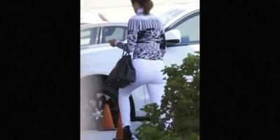 """Esa ocasión, la """"Diva del Bronx"""" lució unos jeans ajustados color blanco. Foto:Grosby Group"""