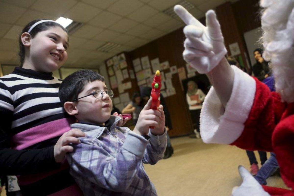Voluntarios se vistieron como Santa Claus Foto:Getty Images