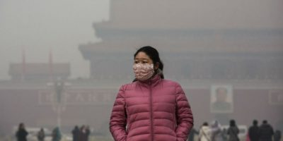 Para protegerse del esmog la gente usa cubrebocas. Foto:Getty Images