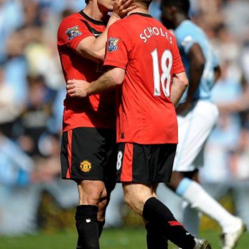 """5. Gary Neville y Paul Scholes: En 2010, Paul Scholes marcó al 93' el gol de la victoria para los """"Red Devils"""" en el Clásico de Manchester, además, recién había renovado con el United, por lo que celebró ambas cosas dándole un beso en la boca a Gary Neville. Foto:Getty Images"""