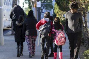 Padres tuvieron que reportarse por los alumnos que ya estaban en las instalaciones. Foto:AFP