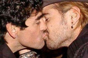7. Diego Maradona y Colin Farrell: En 2005, el actor estadounidense llegó a Buenos Aires, y en uno de sus paseos por la capital de Argentina, se encontró con Maradona a quien saludó con un beso en la boca. Foto:Vía twitter.com/FutbolTotalHn