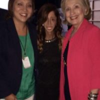 Acá, al lado de Hillary Clinton. Foto:vía Facebook/Lizzie Velásquez