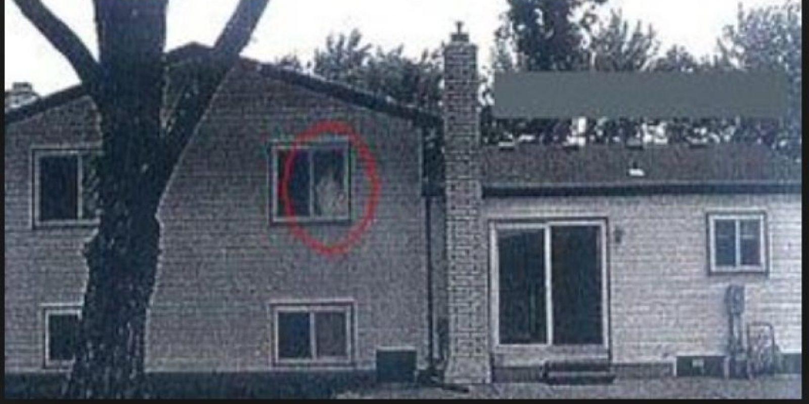 3. Esta foto se hizo viral debido a que en la ventana del segundo piso se observa una extraña figura. Según portales especializados en fantasmas, la foto no está editada. Foto:Vía Imgur