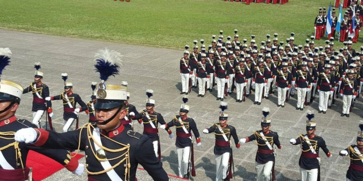 Presidente participa en graduación de cadetes