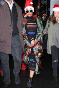 La cantante se limitó a vestirse como un árbol de navidad. Foto:The Grosby Group