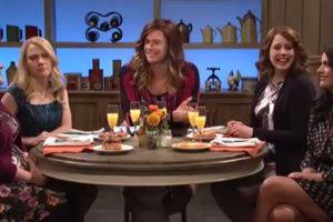 """Utilizando un entallado vestido rojo y con el cabello suelto, el actor apareció en el programa """"Saturday Night Live"""" Foto:NBC"""