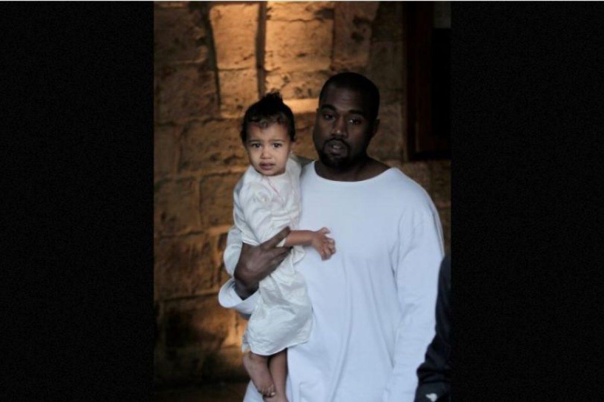La niña lució una túnica blanca con dos delgadas cadenas que colgaban en su cuello. Foto:AFP