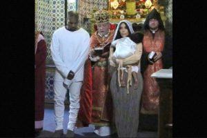 Kanye West optó por un atuendo del mismo color, mientras que Kim llegó con un vestido en colores beige y marrón. Foto:Instagram/kimkardashian