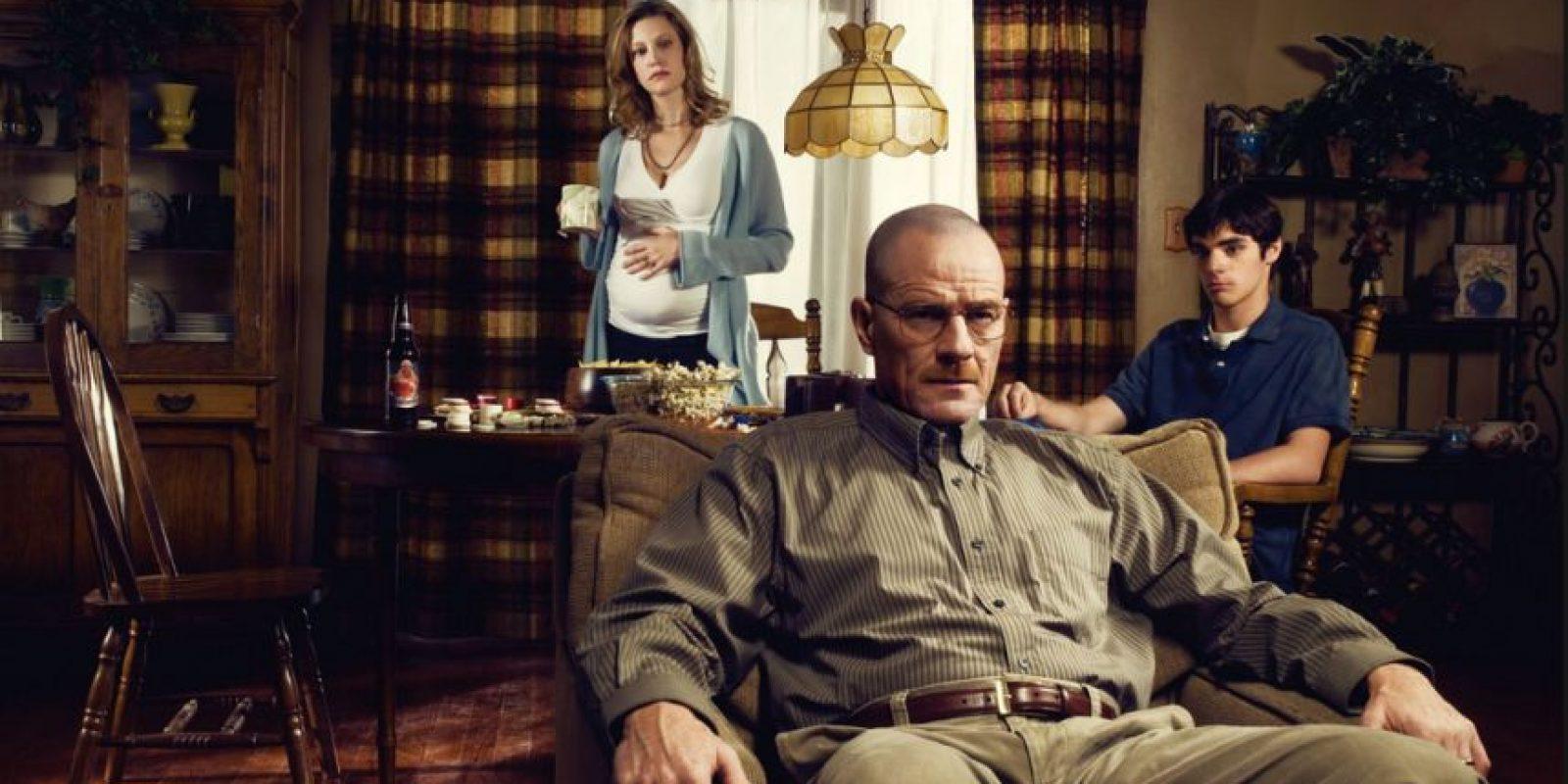 Narra la historia de Walter White, un profesor de química con problemas económicos a quien le diagnostican un cáncer de pulmón. Foto:Vía AMC