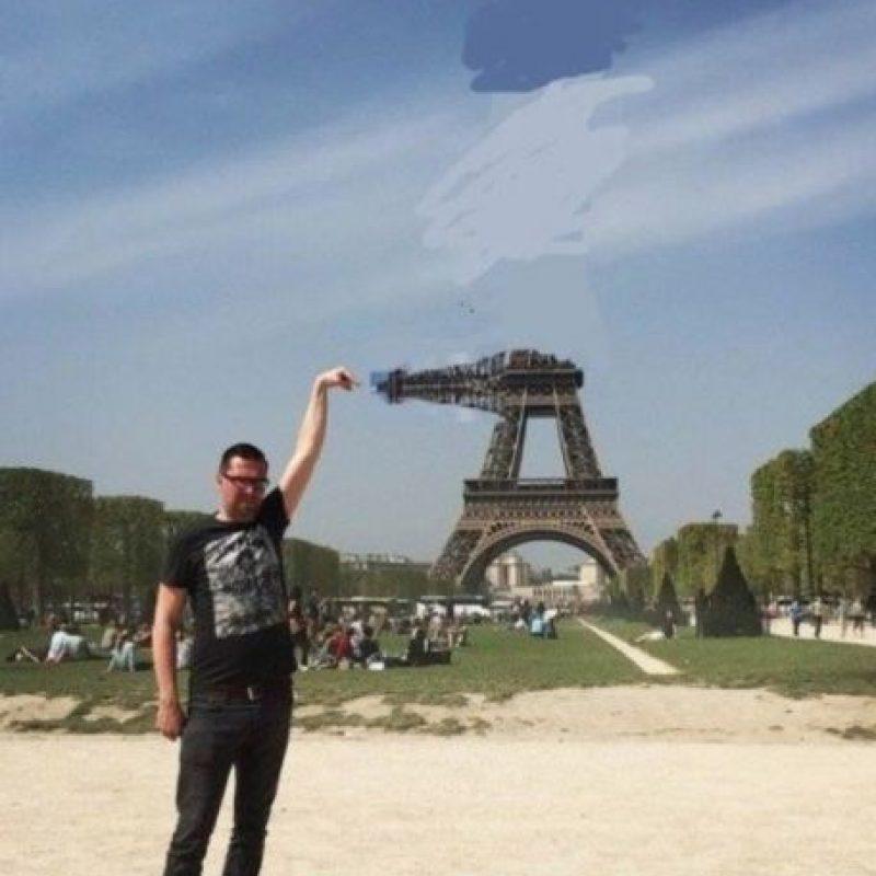 """El usuario de """"4chan"""", Yves Van De Ven, de 37 años, se encontraba en la capital francesa, por lo que decidió tomarse la típica foto """"tocando"""" la Torre Eiffel. Foto:Vía Imgur"""