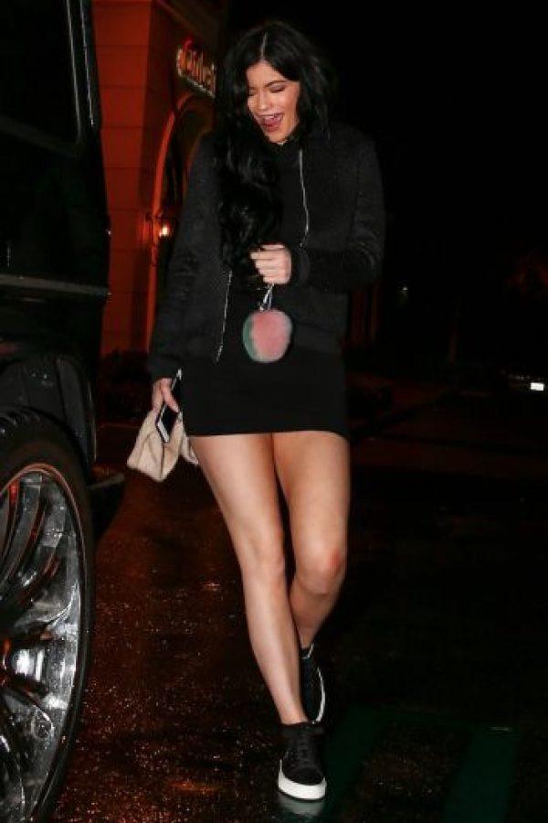Eligió lucir un vestido corto negro, con zapatos deportivos y una chamarra de piel. Foto:The Grosby Group