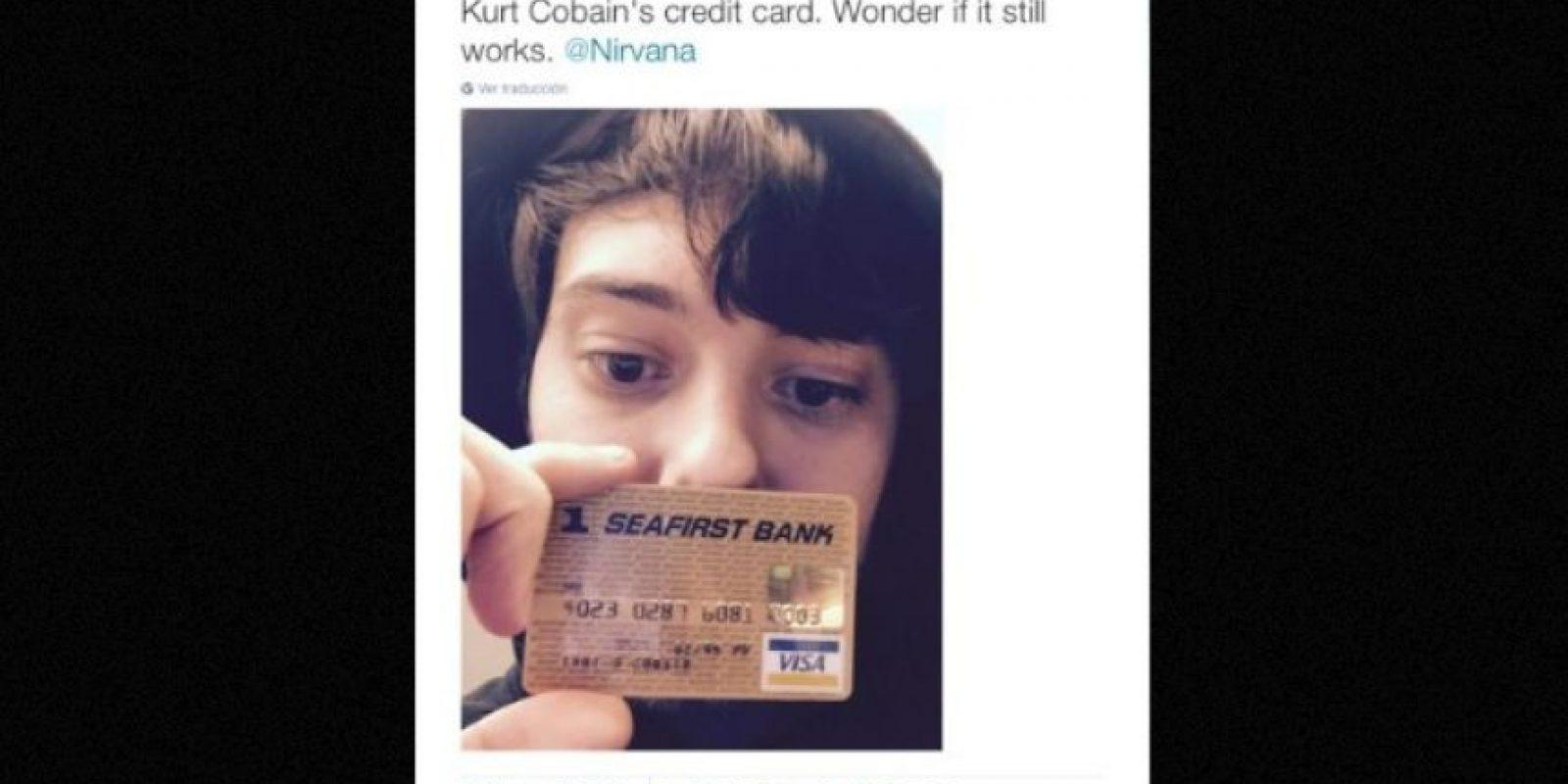 """""""La tarjeta de crédito de Kurt Cobain. Me pregunto si aún funcionará"""", explicó mostrando el objeto Foto:Twitter.com – Archivo"""