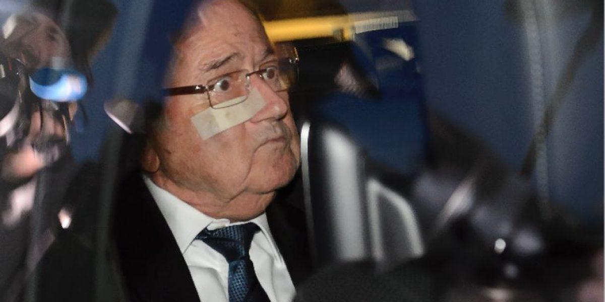 Blatter abandona la sede de la FIFA en silencio