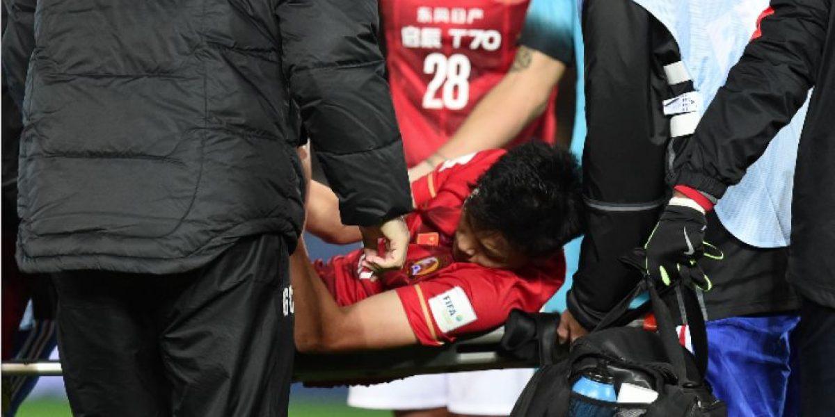 Chino se fractura ante el Barça y su imagen da la vuelta al mundo