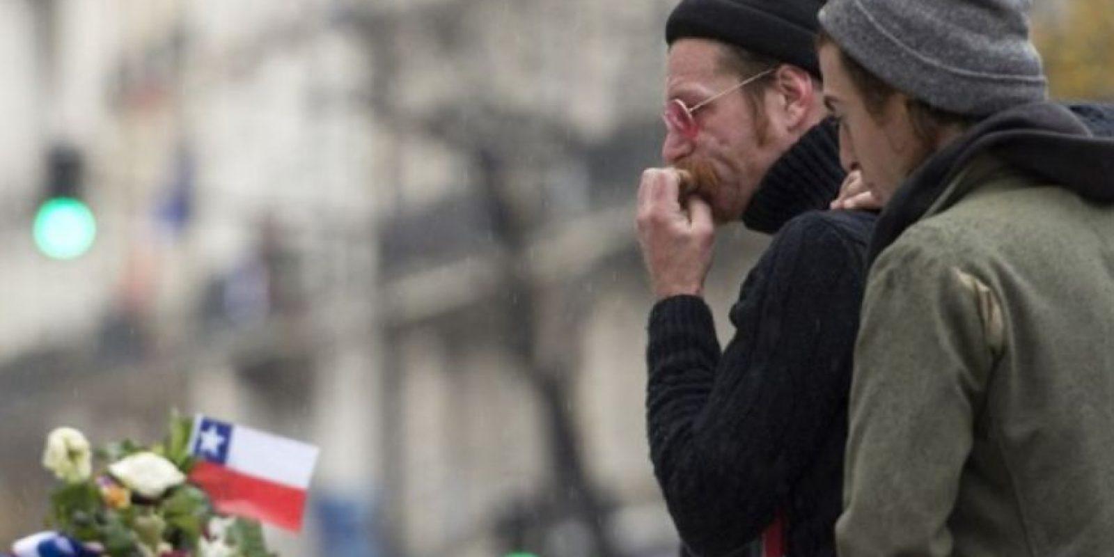Jesse Hughes, vocalista de la banda, se mostró conmovido al rendir tributo a las víctimas. Foto:AFP
