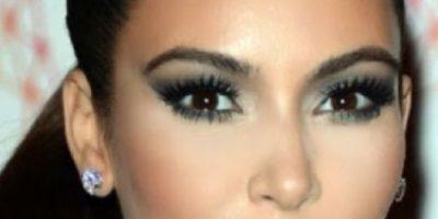 Mujer se maquilla con cinta adhesiva y su