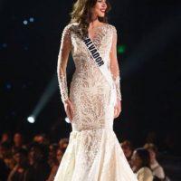 El corte sirena de este vestido no es sutil. Es burdo. Foto:vía Facebook/Miss Universe