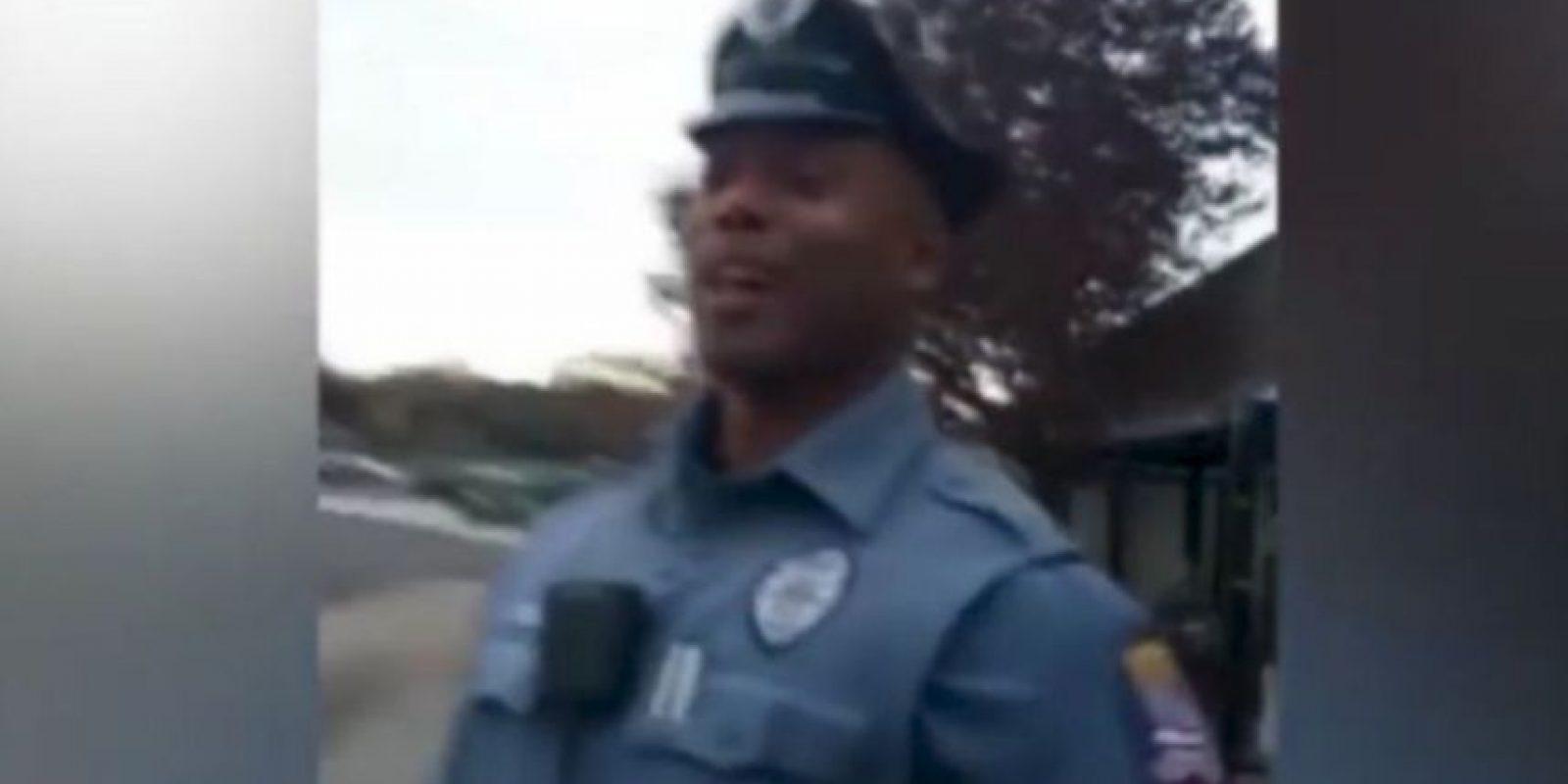 El oficial Kenya Joyner decidió comprarle zapatos a un vagabundo, luego de que expulsaran al hombre de un autobús. Foto:Youtube