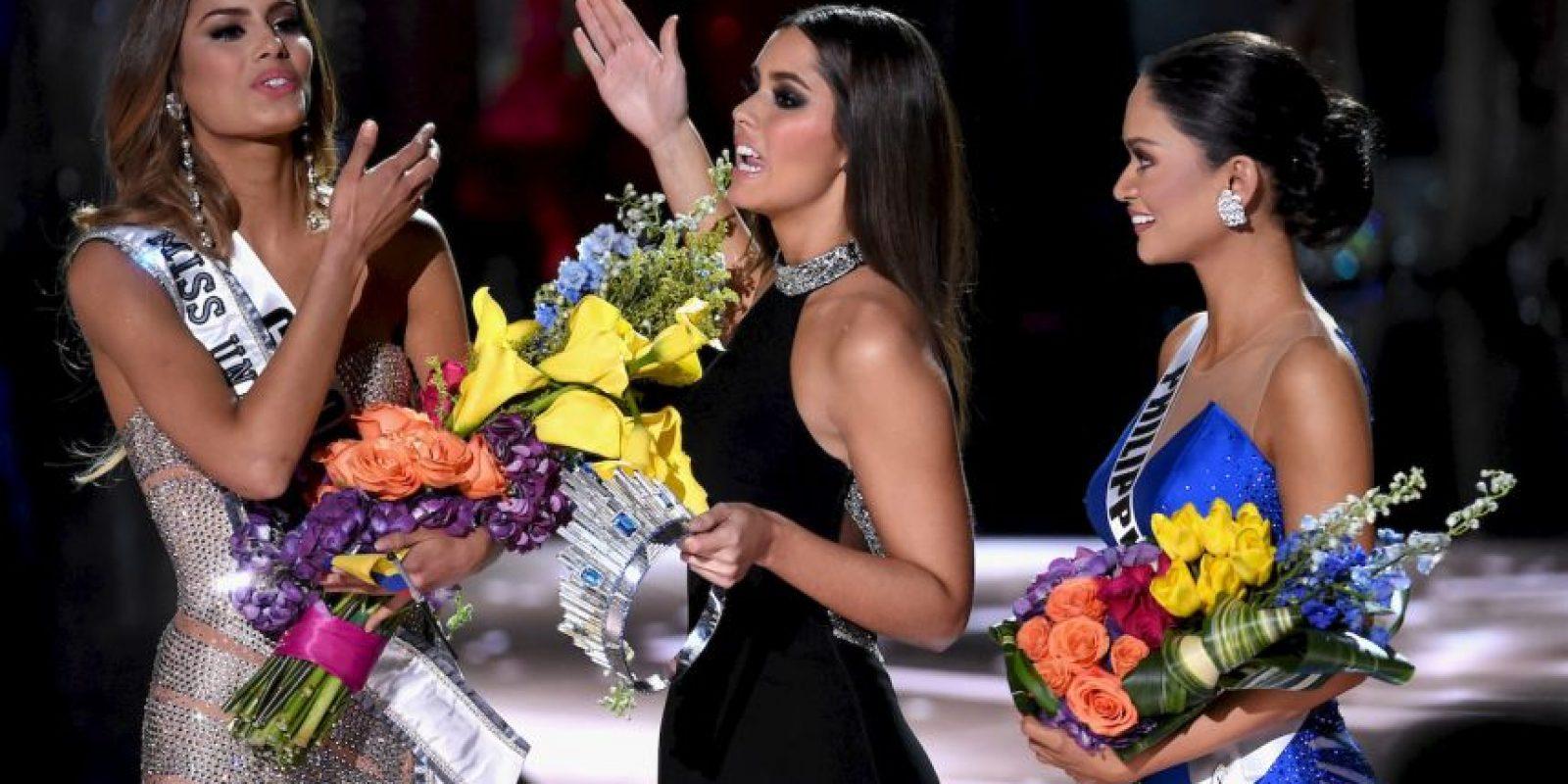 Posteriormente, Paulina Vega regresó al escenario para quitarle la corona a Miss Colombia y entregarla a Miss Filipinas. Foto:Getty Images