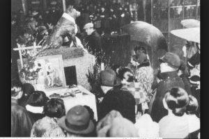 Esa tarde Hachiko fue a la estación a esperar a su amo. Como no volvió, se quedó allí a vivir hasta el fin de sus días. Debido a su lealtad en 1934 se colocó en la estación Shibuya una estatua de bronce en su honor. Foto:Vía Wikipedia Commons