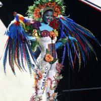 Demasiados colores y plumas. Foto:Miss Universo