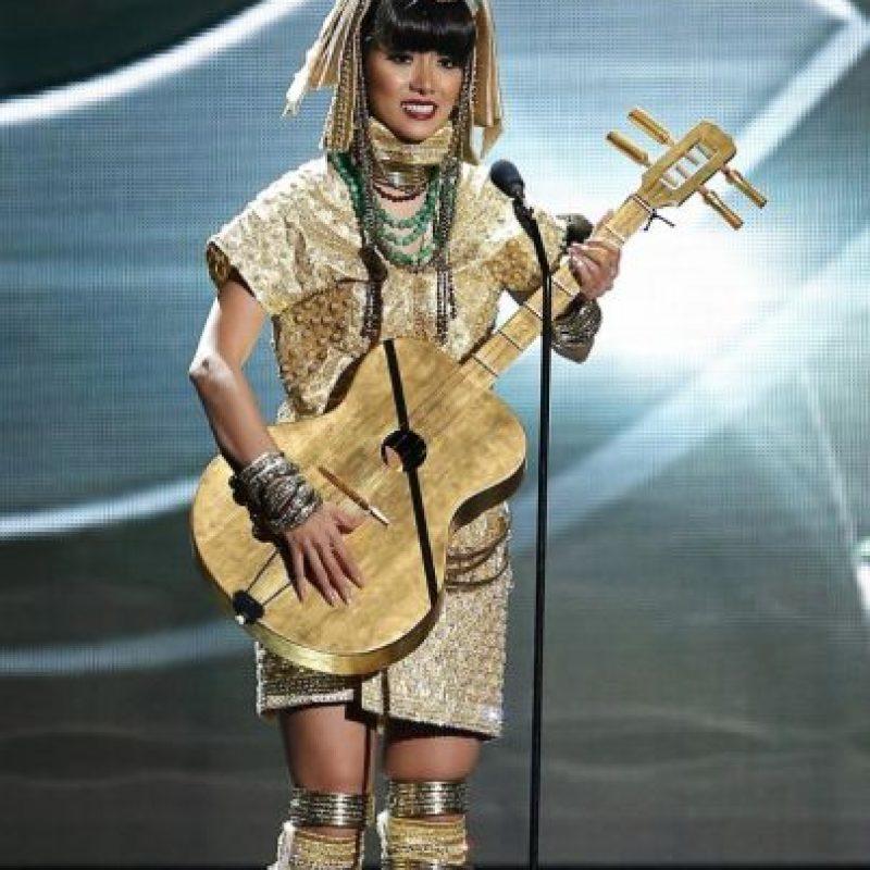 El traje parecía incomodarle. Foto:Miss Universo