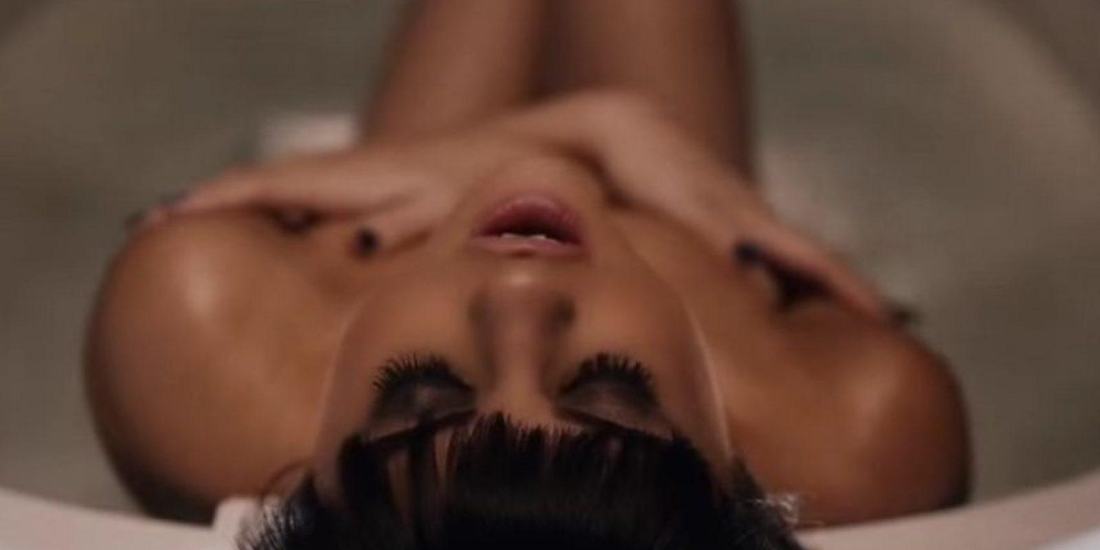 Incluso, se mete a su bañera. Foto:YouTube/SelenaGomez