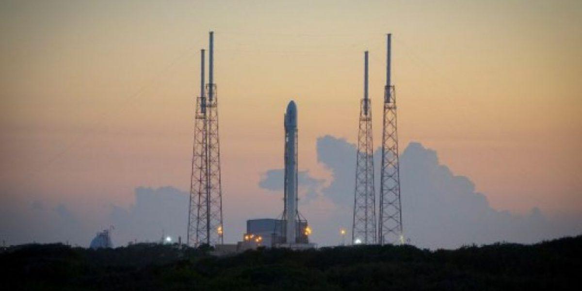 SpaceX logra el primer aterrizaje vertical de un cohete en la historia