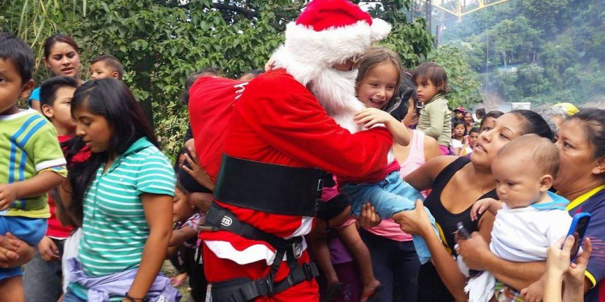 Bombero de 76 años realiza acrobacia vestido de Santa para llevar alegría