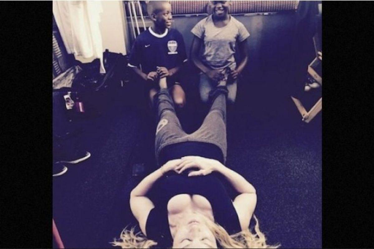 1. Madonna creó polémica con una foto en Instagram donde aparecen sus dos hijos adoptivos masajeándole los pies. Foto:Instagram/Madonna