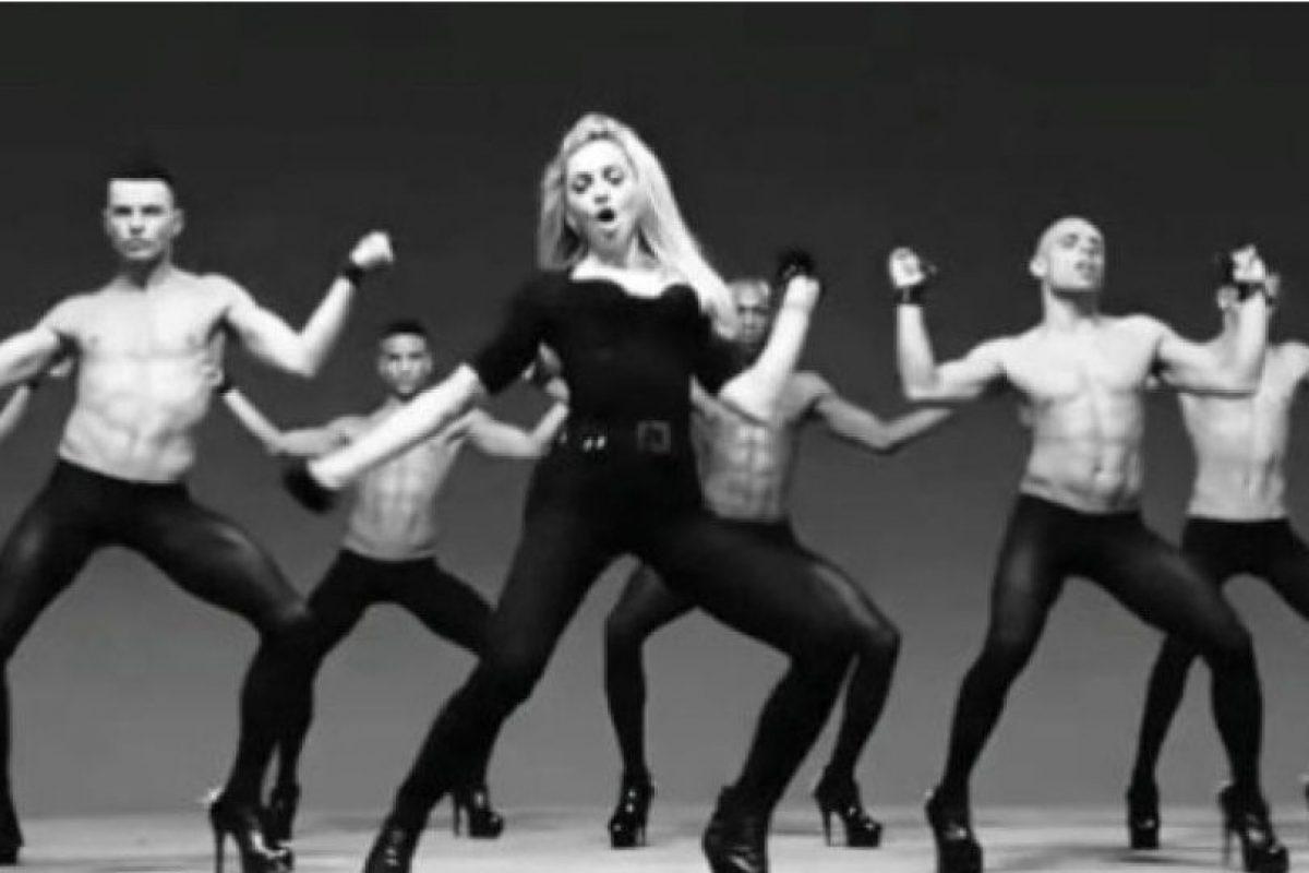 """4. En su video """"Girls Gone Wild"""" se rodeó de hombres bailando en leggins y tacones de aguja. Foto:YouTube/Madonna"""