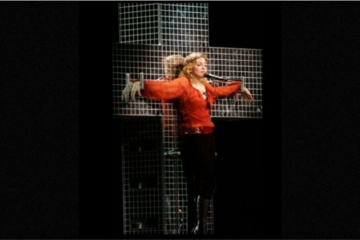 """5. Durante el """"Confessions Tour"""", cantaba """"Live to tell"""" mientras colgaba de una cruz. Foto:Getty Images"""
