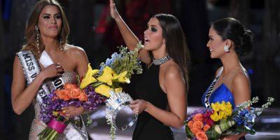 Incluso Paulina Vega, la colombiana que hasta ese momento era Miss Universo 2014, corrió hacia Ariadna para felicitarla y ondear con ella una pequeña bandera de su país. Foto:Getty Images