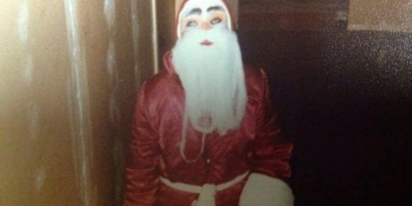 Papá Noel se aparece en las escaleras. Foto:Reddit