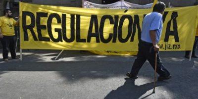 La ley causó polémica en el país, ya que el entonces presidente Felipe Calderón había declarado una guerra frontal en contra de las drogas Foto:Getty Images