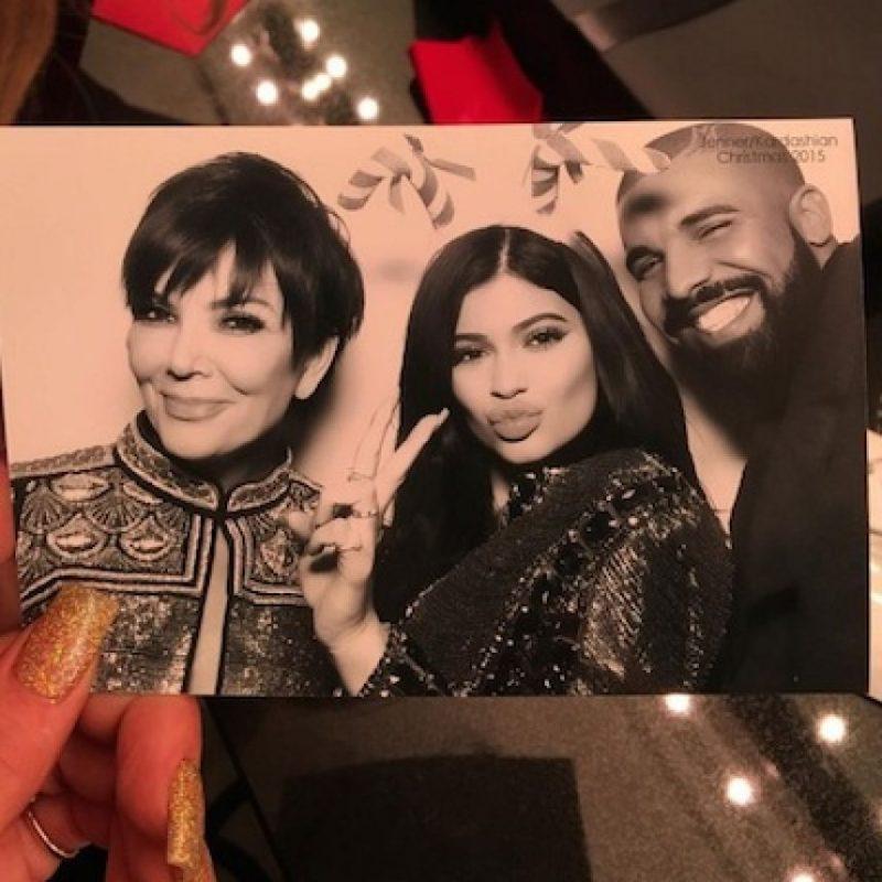 A la fiesta asistió Drake, quien no dudó en protagonizar el mejor photobomb de la noche, metiéndose en una fotografía de Kylie Jenner y su madre. Foto:Instagram/kyliejenner