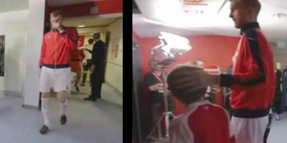 Video: ¿Futbolista del Arsenal se limpió los mocos en este niño?