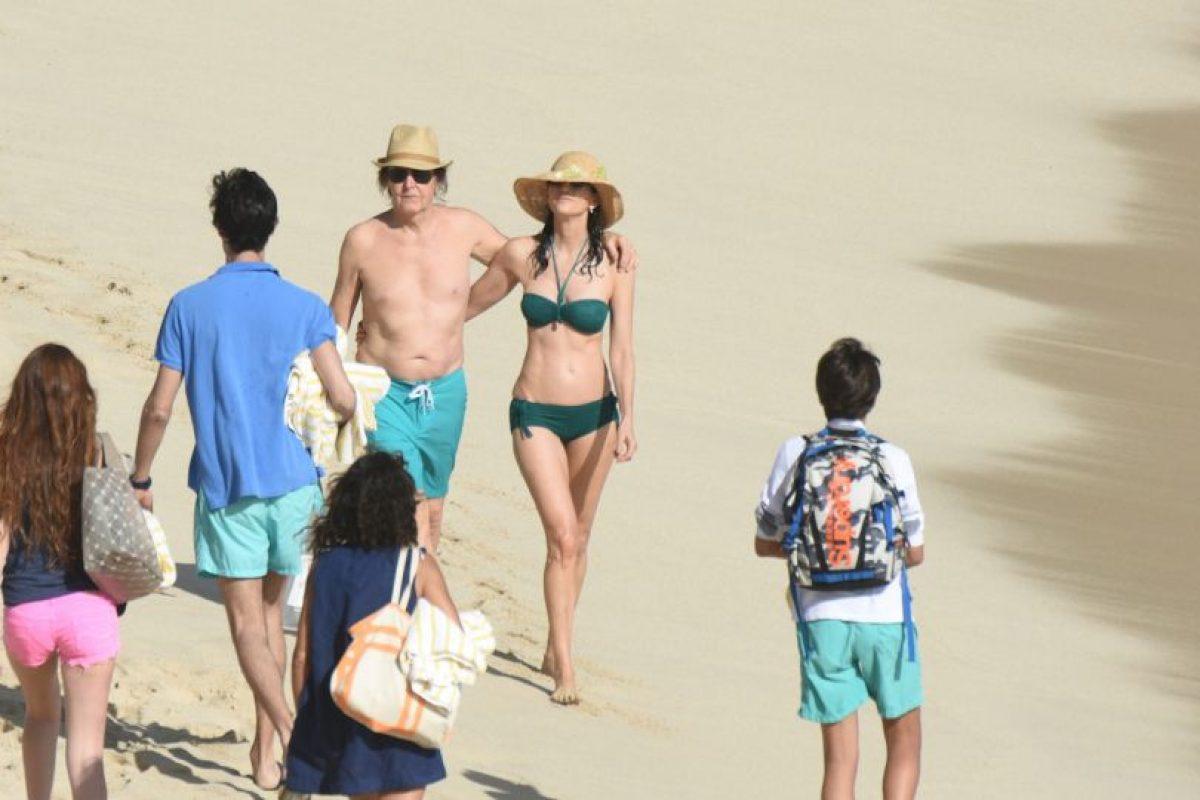 Paul McCartney y su esposa Nancy Shevell podrían haber sido confundidos con una pareja de recién casados. Foto:Grosby Group