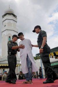 También se azotó al joven implicado Foto:AFP