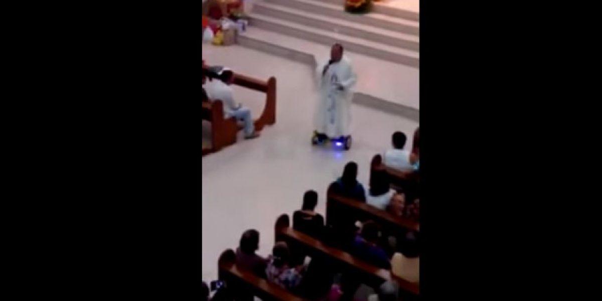 Sacerdote da la misa en patineta