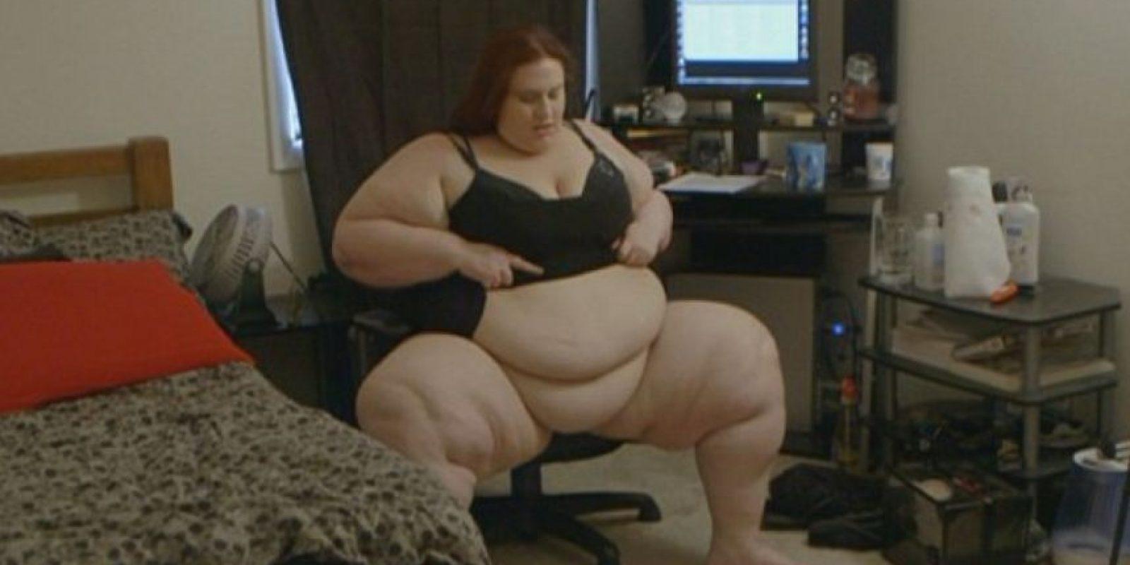 """En la web se llama """"Sinfully Devine"""". Tiene un sitio web donde se le puede ver comer en una piscina con un embudo. Ella también vende sus videos. Foto:vía Youtube"""