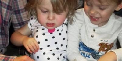 Niñita con brazo amputado recibe gatita sin una pata