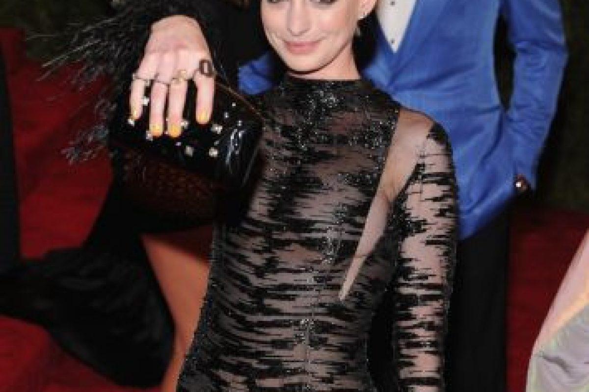 Anne Hathaway perdiendo el glamour por los dos actores de atrás. Foto:Getty Images