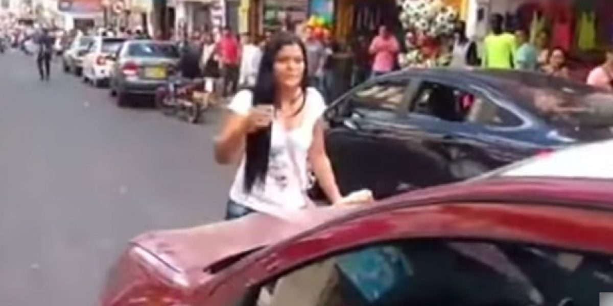 VIDEO. Esposa detiene el tráfico porque su marido está con otra mujer